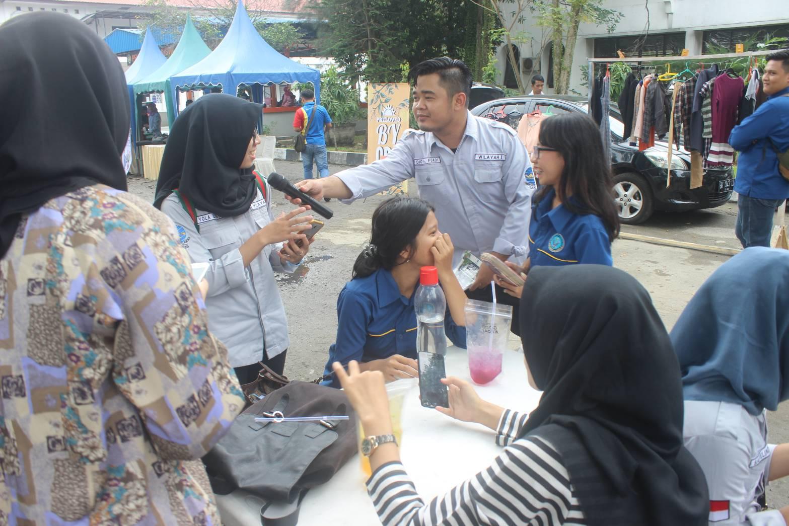 Keseruan yang dibawakan MC saat menghampiri para pengunjung dalam acara IMABI Entrepreneur Day. (2/5) (Sumber foto : dokumentasi panitia penyelenggara)