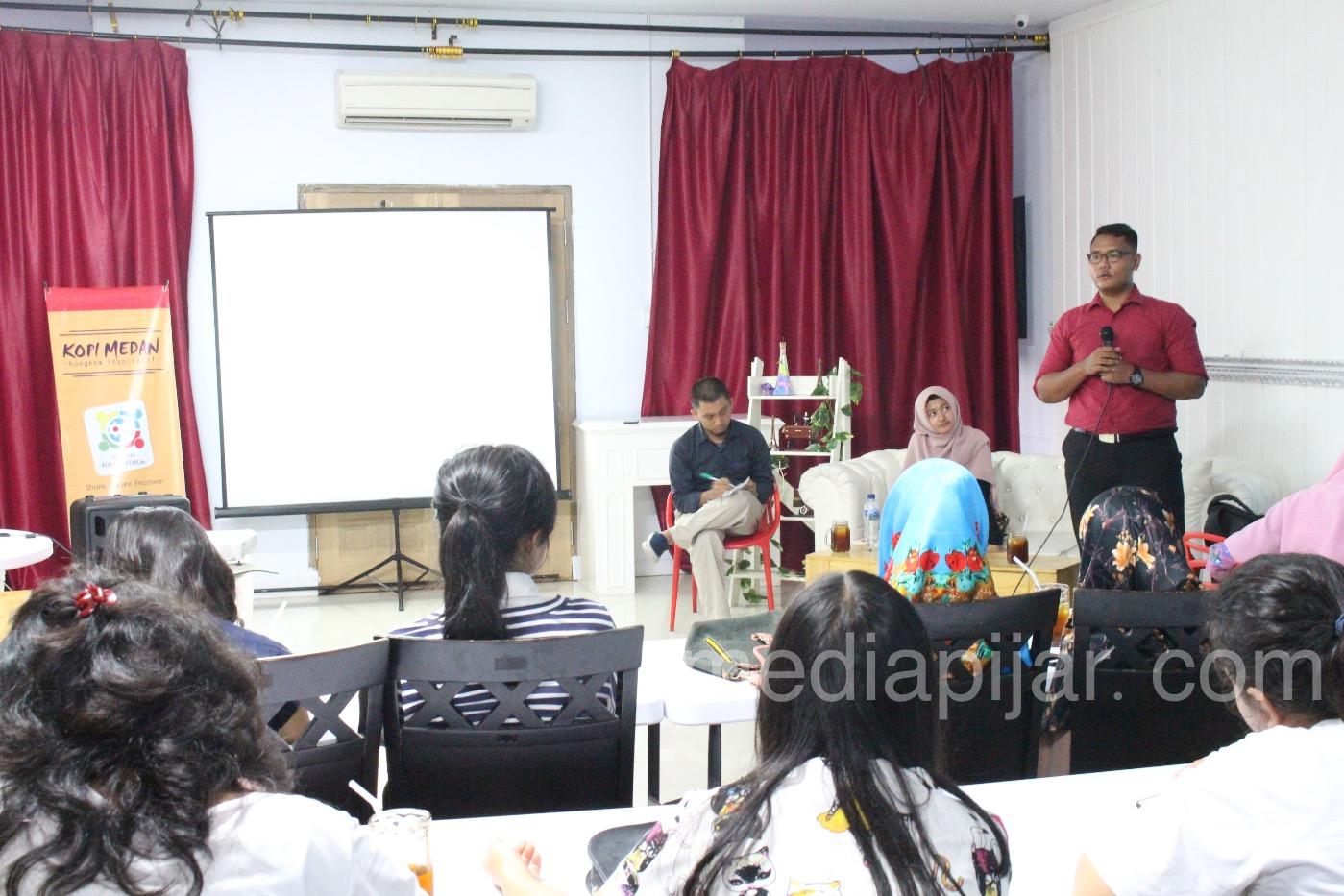 """Imam Al-Faruq  menyampaikan materi dalam acara bertajuk """"BEKAL BERHARGA DARI NEGARA AUSTRALIA DAN INDIA'', Sabtu,(5/5).  (Fotografer : Hidayat Sikumbang)"""