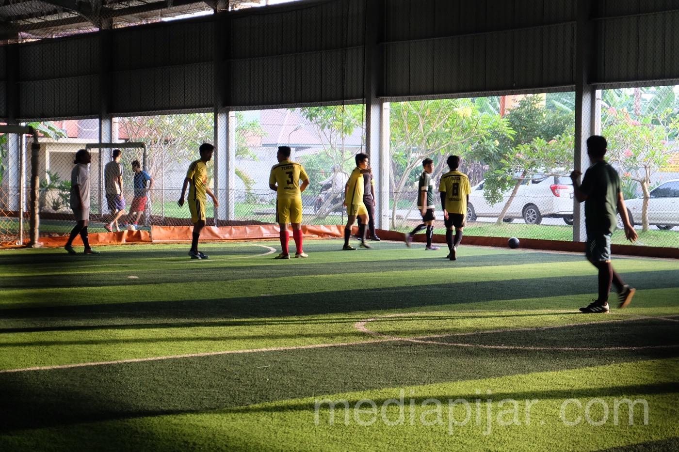 Pertandingan Futsal yang dilaksanakan di Village Futsal pada acara Communication Cup 2018 (12/5). (Fotografer: Putri Arum Marzura)