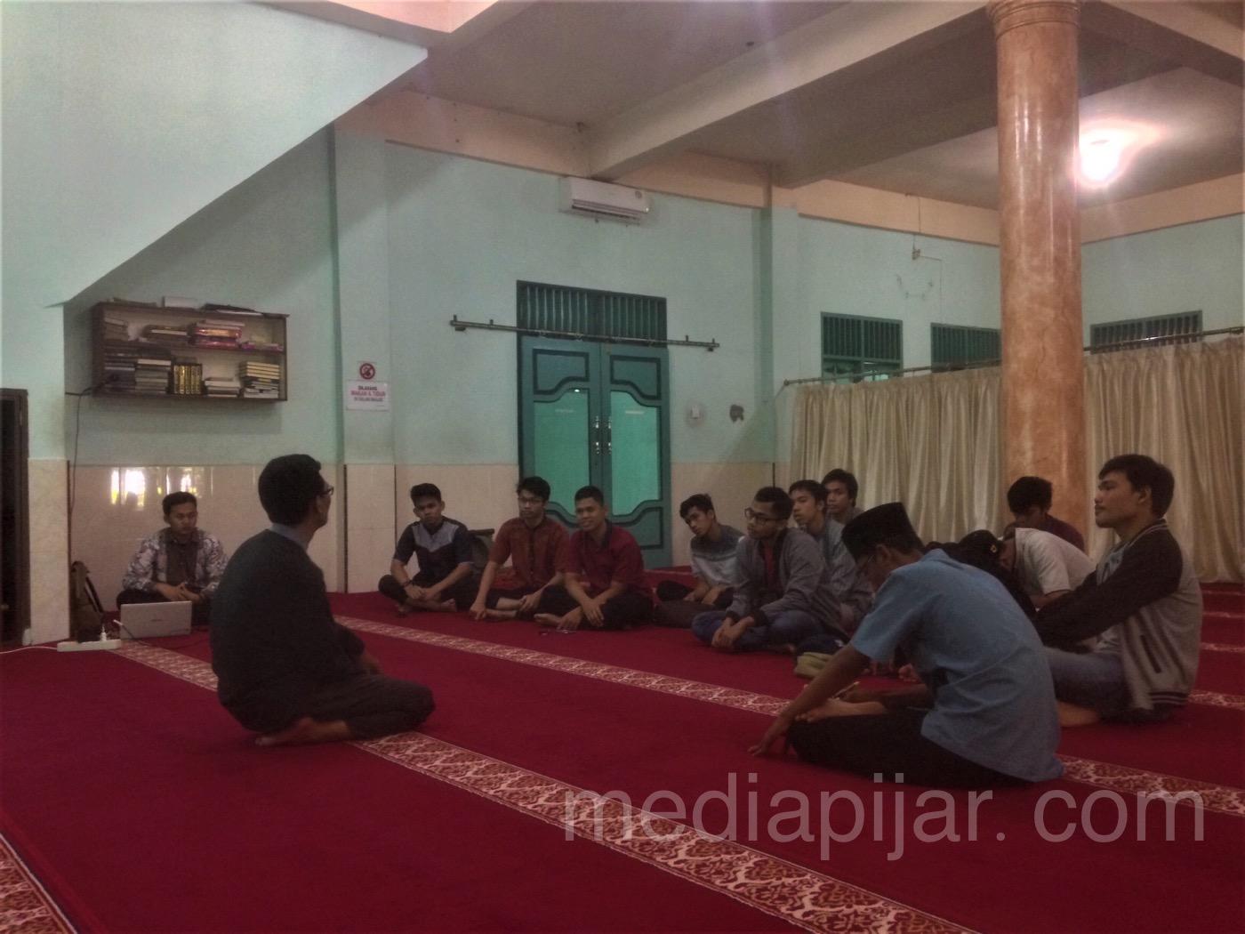 Susana diskusi pada kegiatan Quantum Hijrah Bersama Ustadz Bejo Slamet di Mesjid Asy-Asyifa, Fakultas Farmasi USU (20/5). (Fotografer: Azka Fikri)