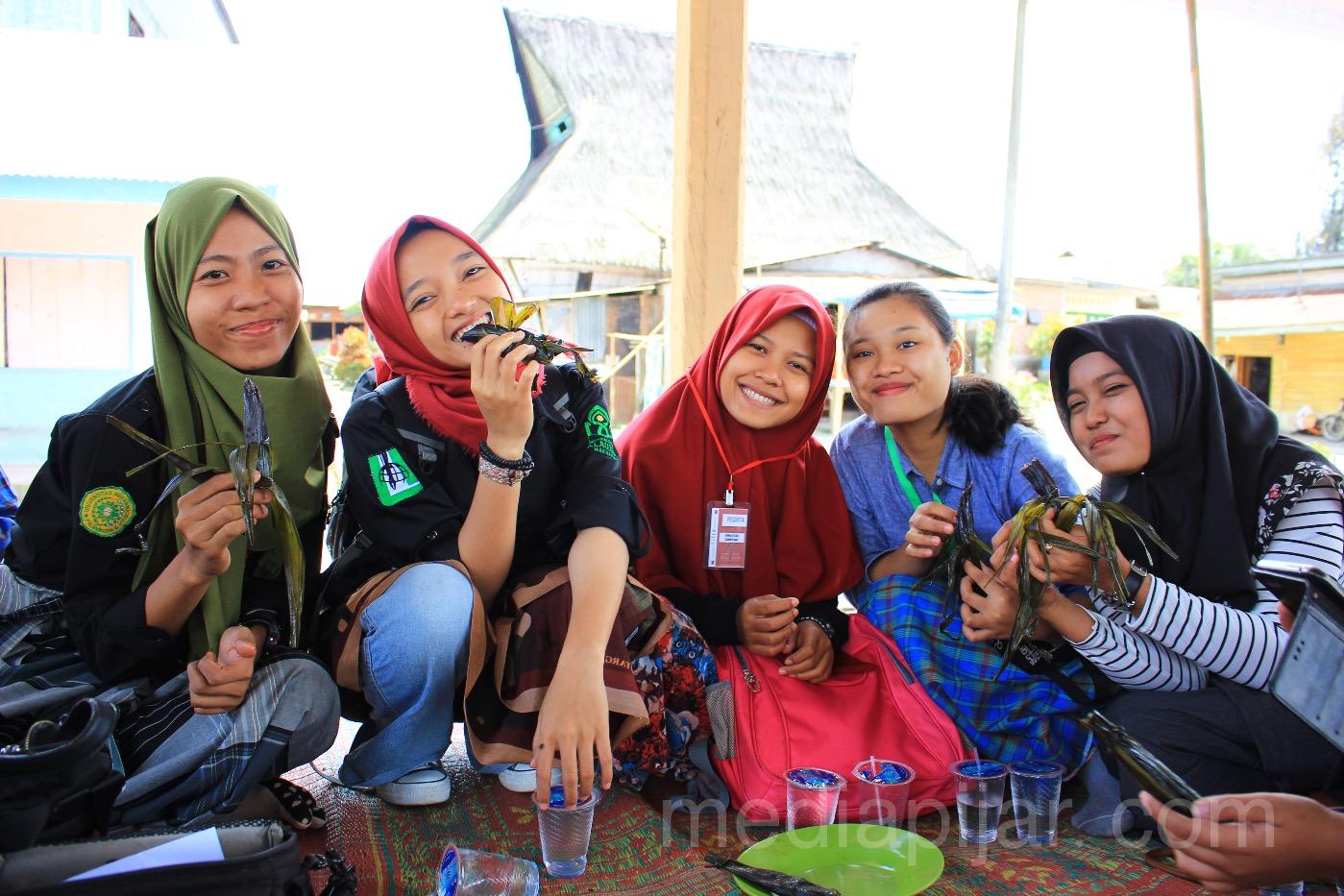 Peserta PJTLN menikmati makanan khas Karo, Cimpa pada (17/7). (Fotografer: Dita Andriani)