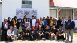 Irvan saat dalam sesi foto bersama dengan peserta PJTLN, Senin (16/7). (Fotografer: Mhd Hidayat Sikumbang)