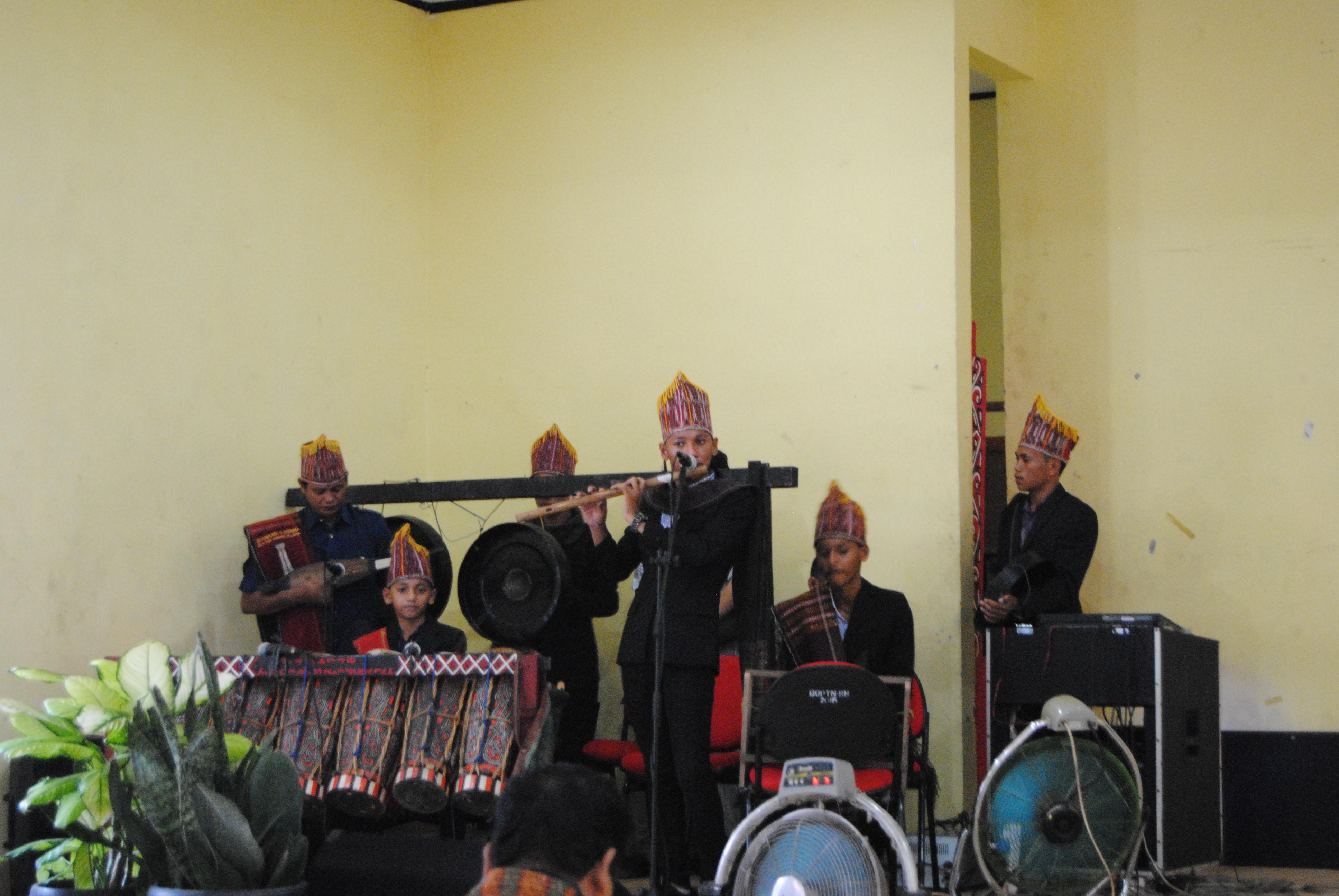 musik batak mengunakan alat musik daerah batak Yang mengisi kegiatan acara Workshop Tor-Tor batak. (25/10) (Fotografer: Arsy Shakila Dewi)