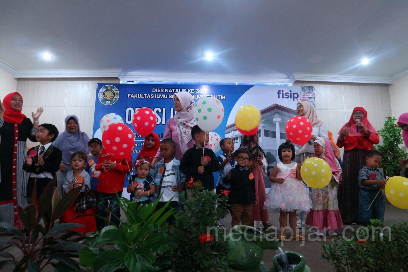 Fashion Show Anak sebagai salah satu rangkaian dalam puncak perayaan Dies Natalis ke-38 FISIP USU (5/10).  (Fotografer: Star Munthe)