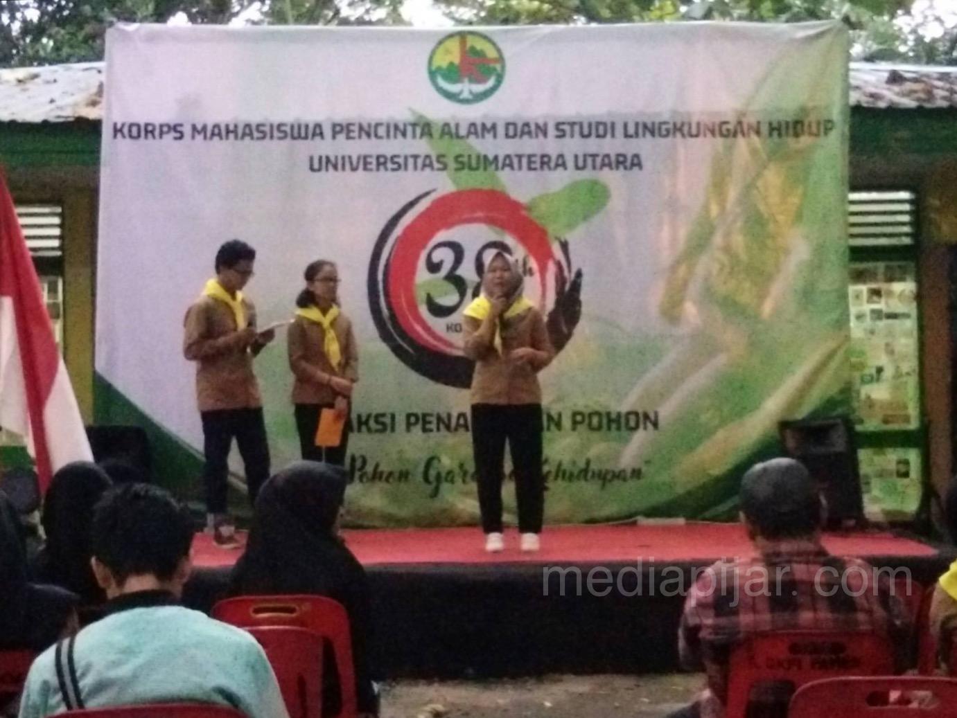 Kompas USU memperingati ulang tahun ke-38 di Sekretariat KOMPAS USU (05/10) dengan melakukan aksi menanam pohon yang dihadiri oleh UKM USU, PEMA USU, dan mahasiswa pecinta alam Sumatera Utara (MAPALASU). (Fotografer: Hermita Uly)