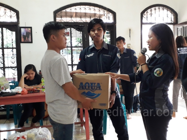 Pemberian sembako kepada perwakilan pengurus panti asuhan. (16/11) (Fotografer: Hesmita Eunike)