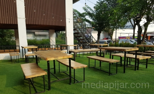 Suasana outdoor pada Monkey The Cafe. (Fotografer: Sylvia)