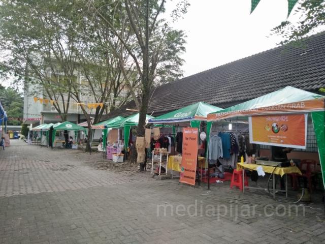 Suasana kegiatan bazaar saat sedang berlangsung acara Marketpreneur di Parkiran Fakultas Ekonomi dan Bisnis USU. (24/11) (Fotografer: Christian Yosua)