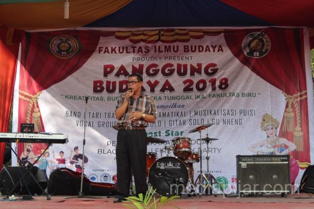 Wakil Dekan III FIB saat memberikan kata sambutan acara Panggung Budaya FIB USU. (28/11) (Fotografer: Intan Sari)