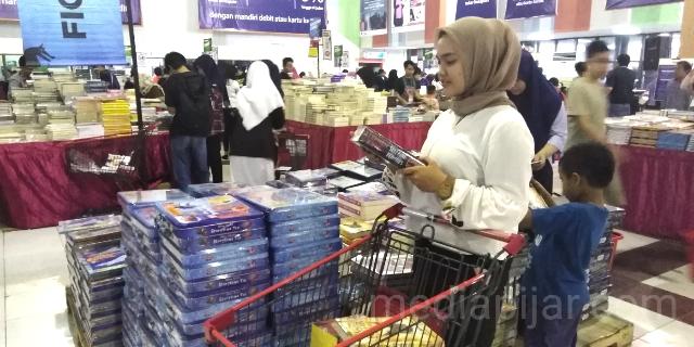 salah satu seorang pengunjung yang sedang memilih - milih untuk membeli buku di Big Bad Wolf Book Sale Medan. (2/11) (Fotografer: Ronaldo Hafizh)