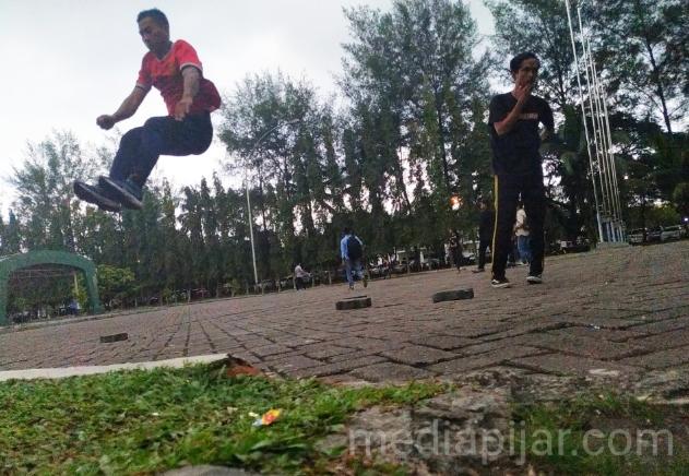 Komunitas Parkour Medan Official sedang melakukan kegiatan latihan dengan teknik melompat. (Fotografer: Abraham Geraldo)