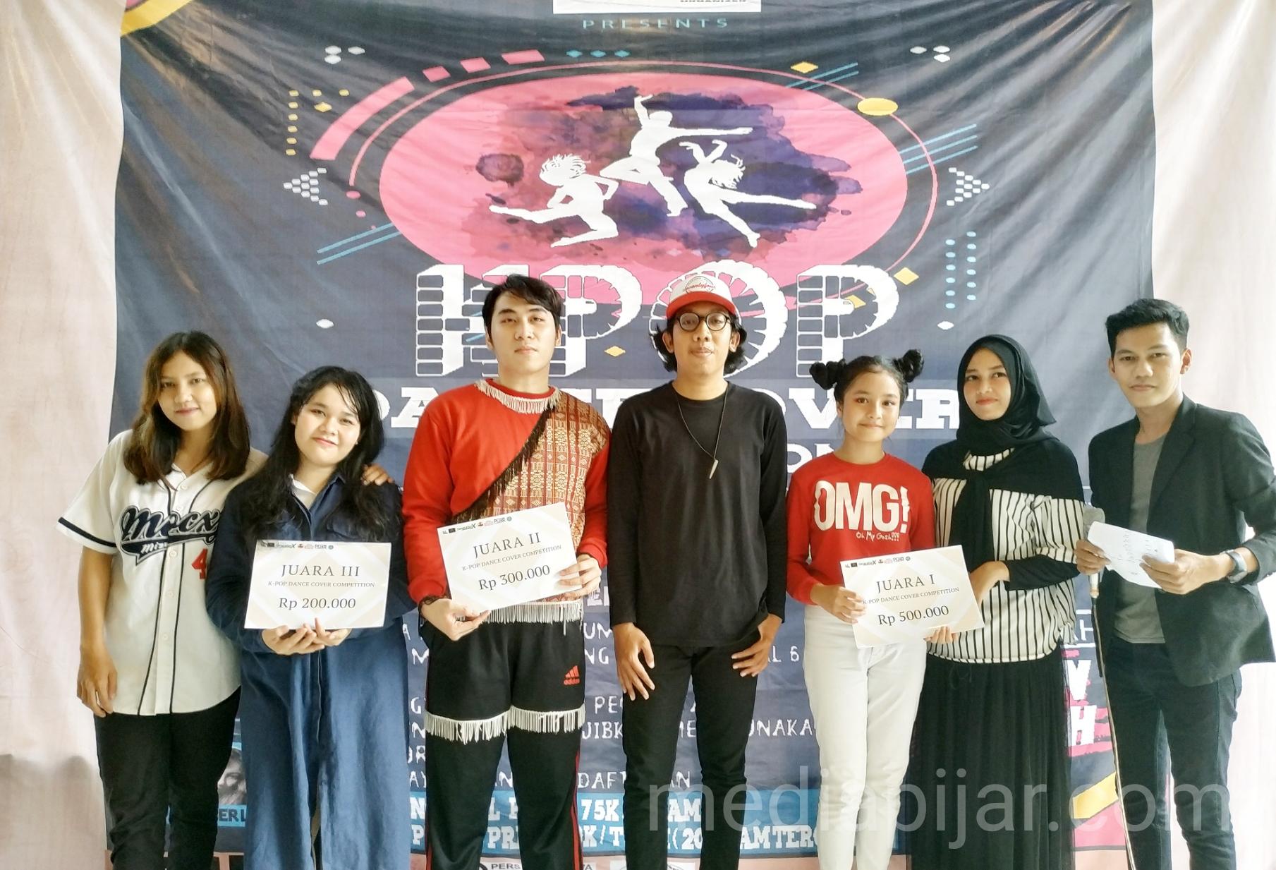Para Pemenang K-Pop Dance Cover Competition: KJJ (Juara 1), Optimus (Juara 2) dan 99 Chingu (Juara 3). (Fotografer: Azka Fikri)