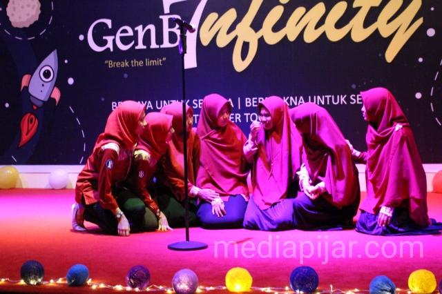 Musikalisasi puisi adalah salah satu bagian dari rangkaian acara GenB7nfinity di gedung Bank Indonesia, Rabu (14/11). (Fotografer: Hidayat Sikumbang)