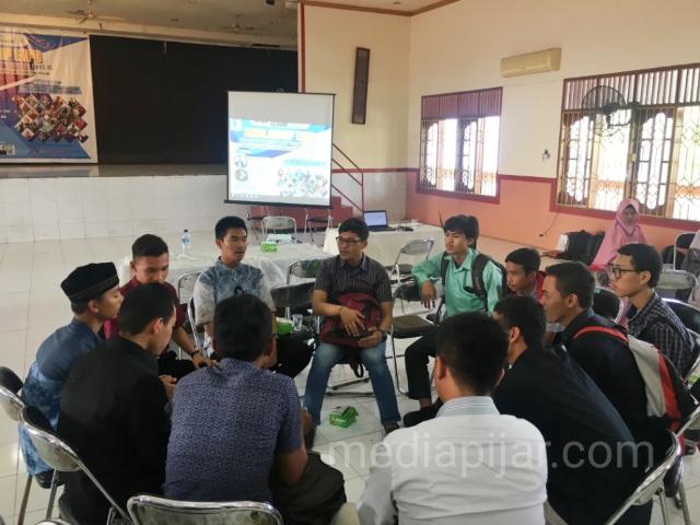 Para peserta dibentuk kelompok untuk mentoring sharing mengenai cara mendapatkan beasiswa. (25/11)  (Fotografer: Novi Handayani)