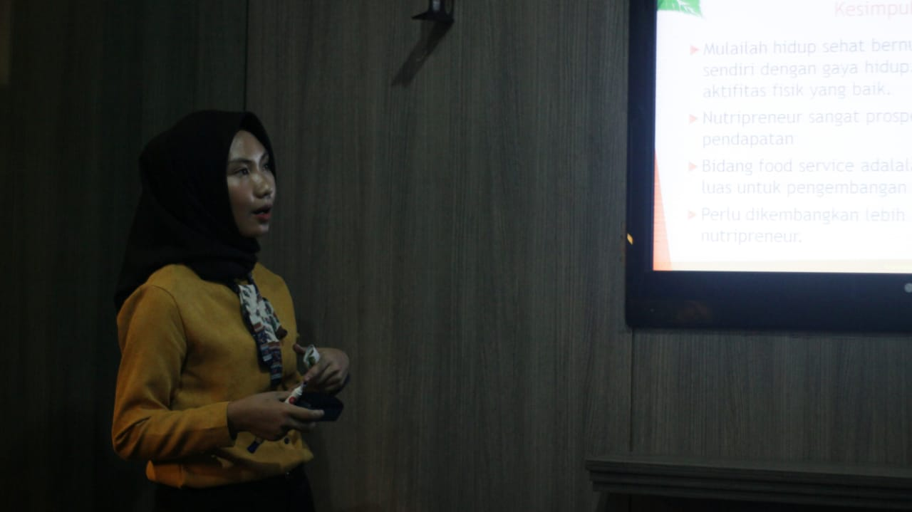 Penyampaian materi nutripreneur oleh Cut Rafika Sari Fitriana. (24/11) (Sumber foto: Kimit Production)