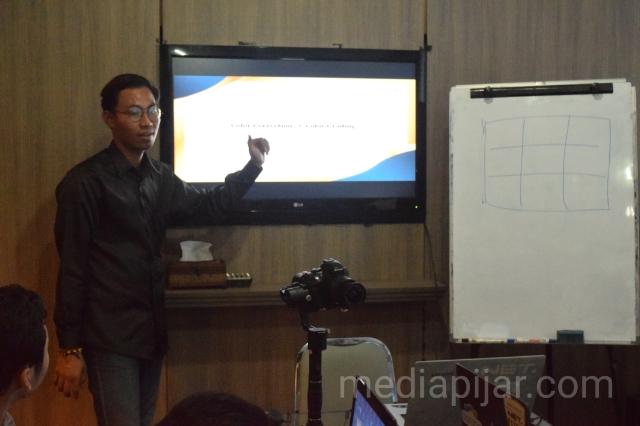 Penyampaian materi mengenai color grading oleh Dwiki Perdana pada acara Exclusive Class di On The Stage Lantai 2. (8/12) (Fotografer: Achmad Syah Galang)