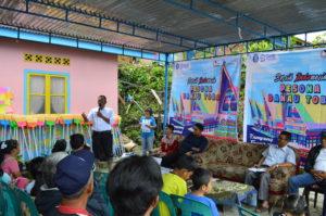 Penyerahan alat-alat bersih rumah tangga dari GenBI Sumut kepada Sekretaris Camat Huta Tigarihit sebagai tanda resmi dalam acara GenBI Bersih Indonesia 2018 di Parapat, Sumatera Utara. (19/12) (Sumber foto: Panitia Acara)