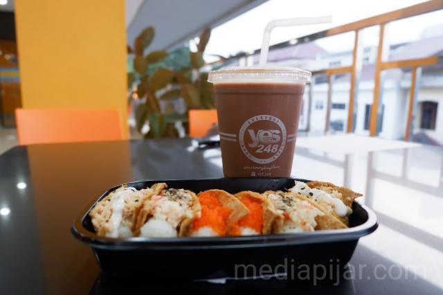 Inari Sushi dan Chococinno, salah satu menu andalan di Yes 248. (Fotografer: Nadia Lumongga Nasution)