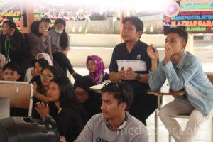 Dosen Komunikasi, Haris Wijaya menilai sebuah video dalam pameran yang diadakan di Pendopo FISIP USU. (20/12) (Fotografer: Hidayat Sikumbang)