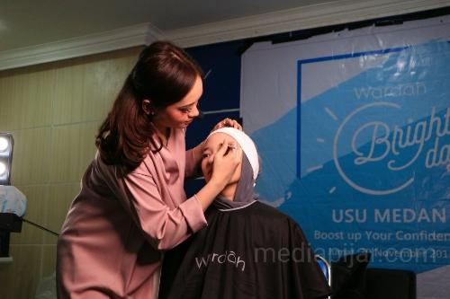 Dinda Rezki ketika memberikan demo make up kepada peserta beauty class. (30/11)  (Fotografer: Rifa Alya)