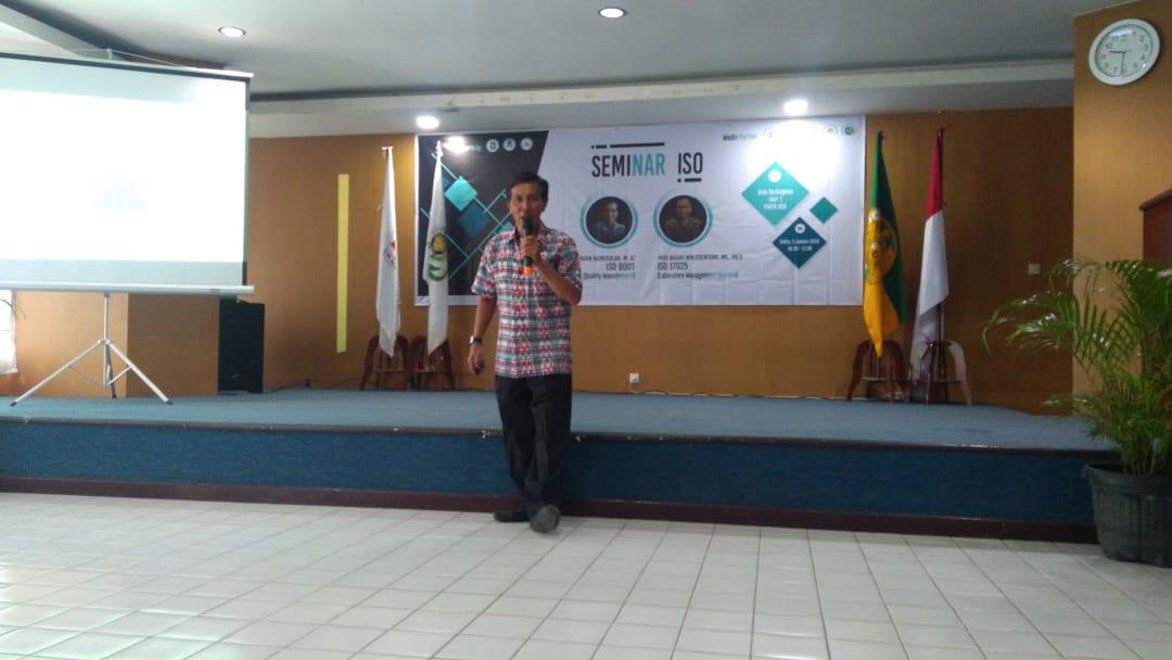 Penyampaian materi oleh Dr. Hamonangan Nainggolan, M.Sc pada acara Seminar International Organization for Standardization (ISO) yang diselenggarakan di Aula Serba Guna Unit 1 FMIPA USU pada Sabtu (5/1). (Sumber: Dokumentasi Panitia)