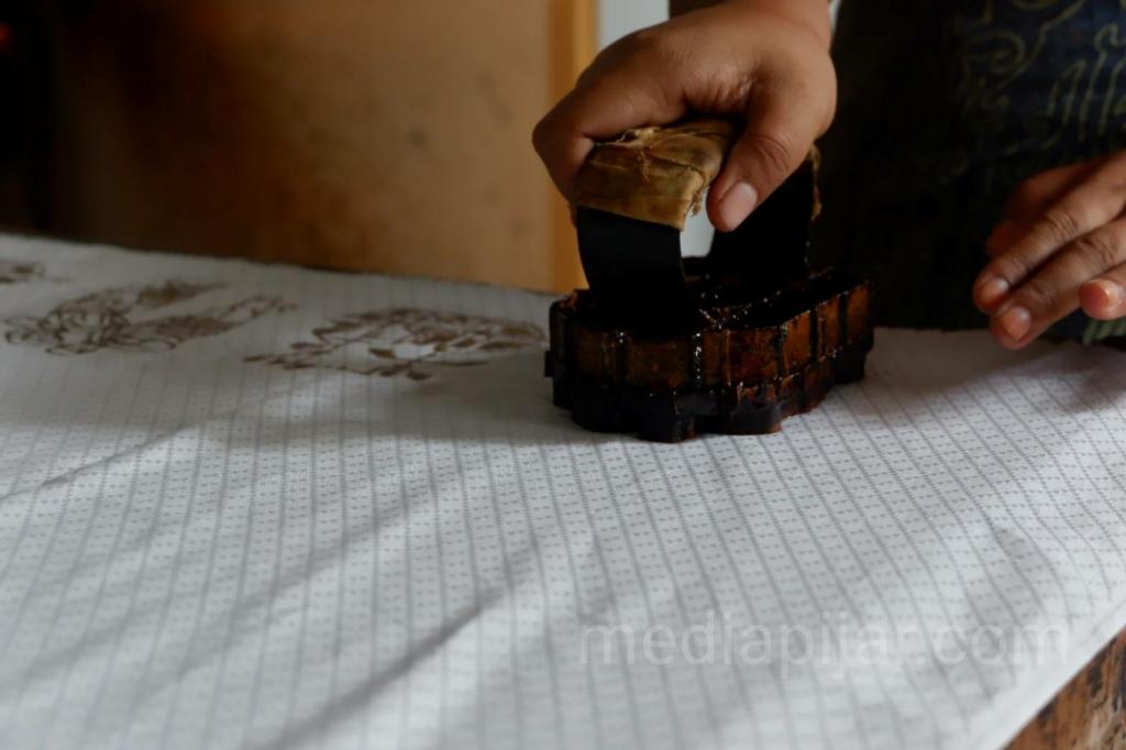 Proses pembuatan Batik Cap.  (Fotografer: Fatin Faiza Siregar)