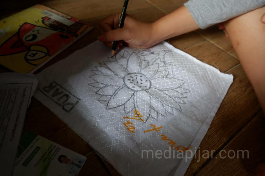 Proses membuat Pola sebelum menyunting Batik.  (Fotografer: Nadia Lumongga Nst)