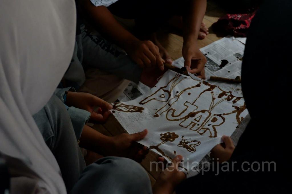 Proses menyunting Batik.  (Fotografer: Nadia Lumongga Nst)