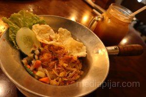 Salah satu menu Mie goreng Penang dengan segelas Thai Tea yang disediakan di Manna House.  (Fotografer: Gabriella Prily Elvani)