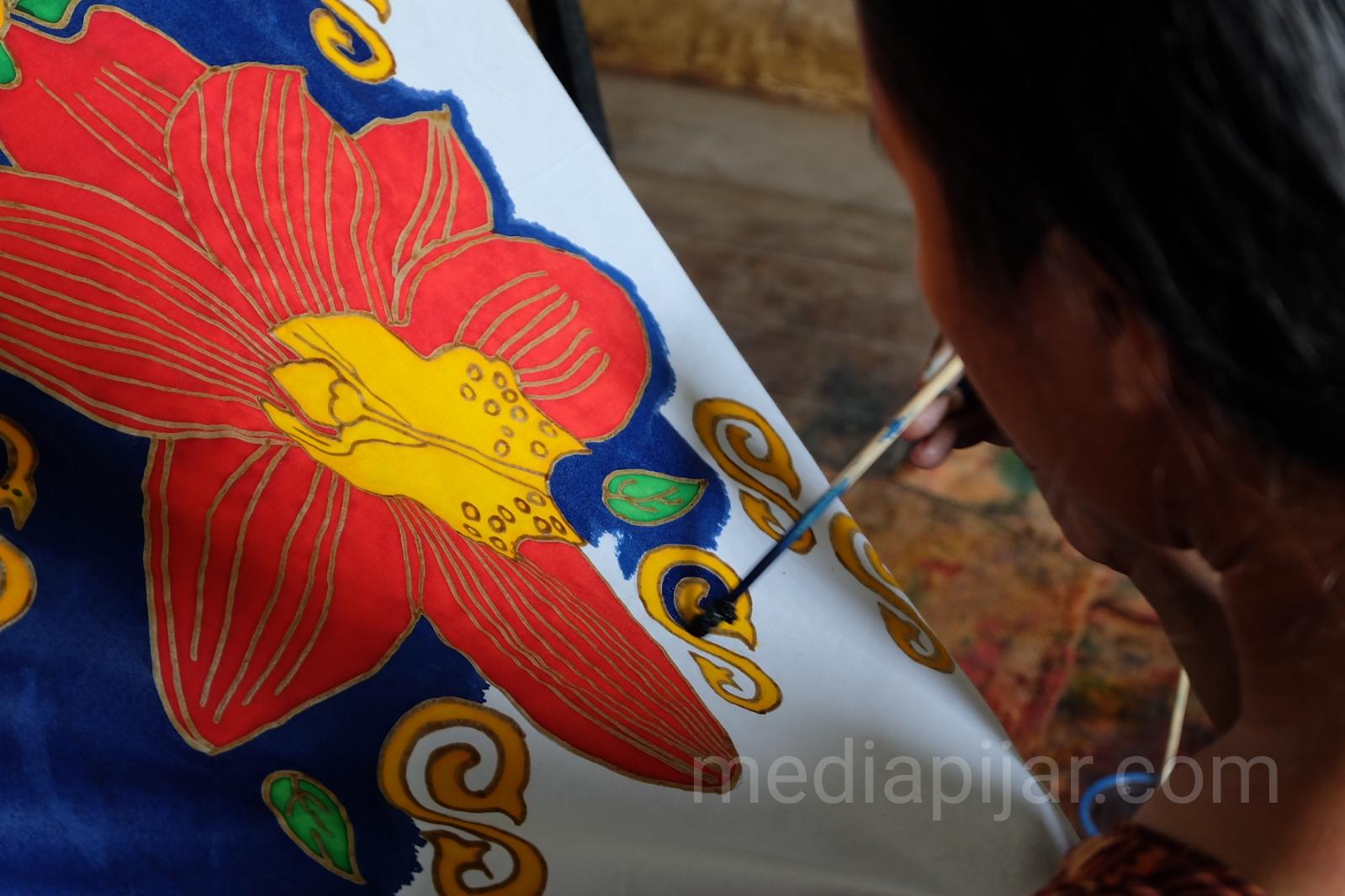 Pewarnaan pada Batik lukis.  (Fotografer: Putri Arum Marzura)