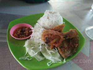Salah satu menu ayam penyet tayo.  (Fotografer: Savira Dina)