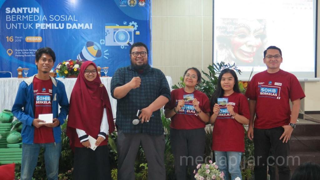 Para peserta yang berhasil meraih konten terbaik pada Workshop Santun Bermedia Sosial untuk Pemilu Damai (16/03) (Fotograger: Azka Fikri)