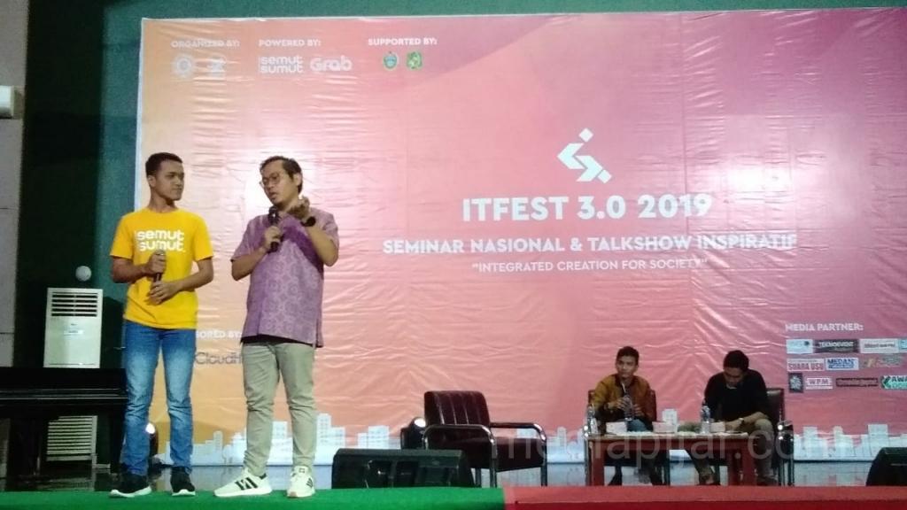 Founder dan CEO of BukaLapak sedang menjawab pertanyaan di Auditorium USU. (17/3) (Fotografer: Ainun Putri Lubis)