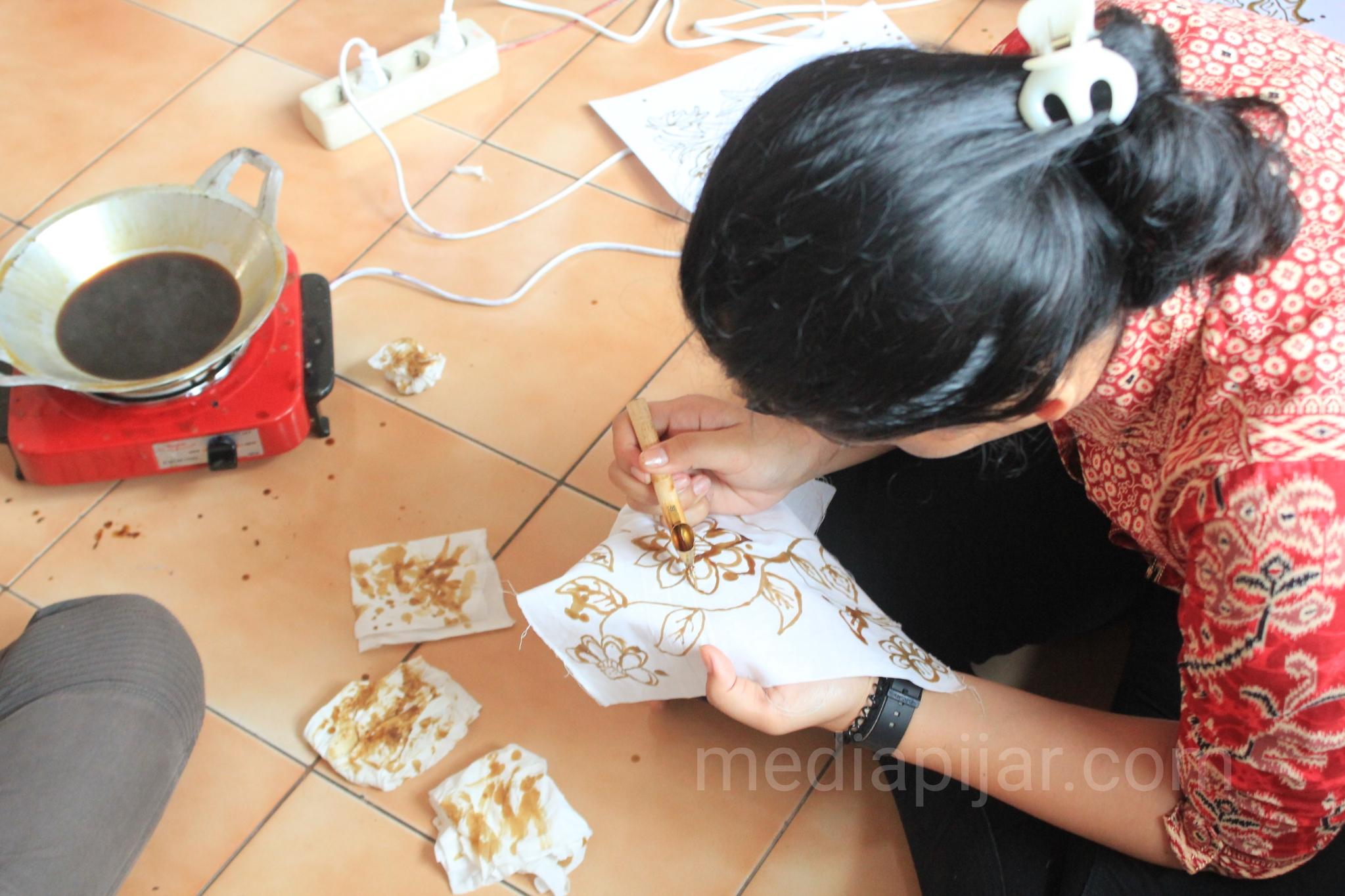 Foto salah satu peserta sedang membatik di atas kain motif dalam acara Lapak Budaya yang dilaksanakan di lantai 2 Sekretariat Pema USU pada Jum'at (29/3) (Fotografer: Indah Ramadhanti)