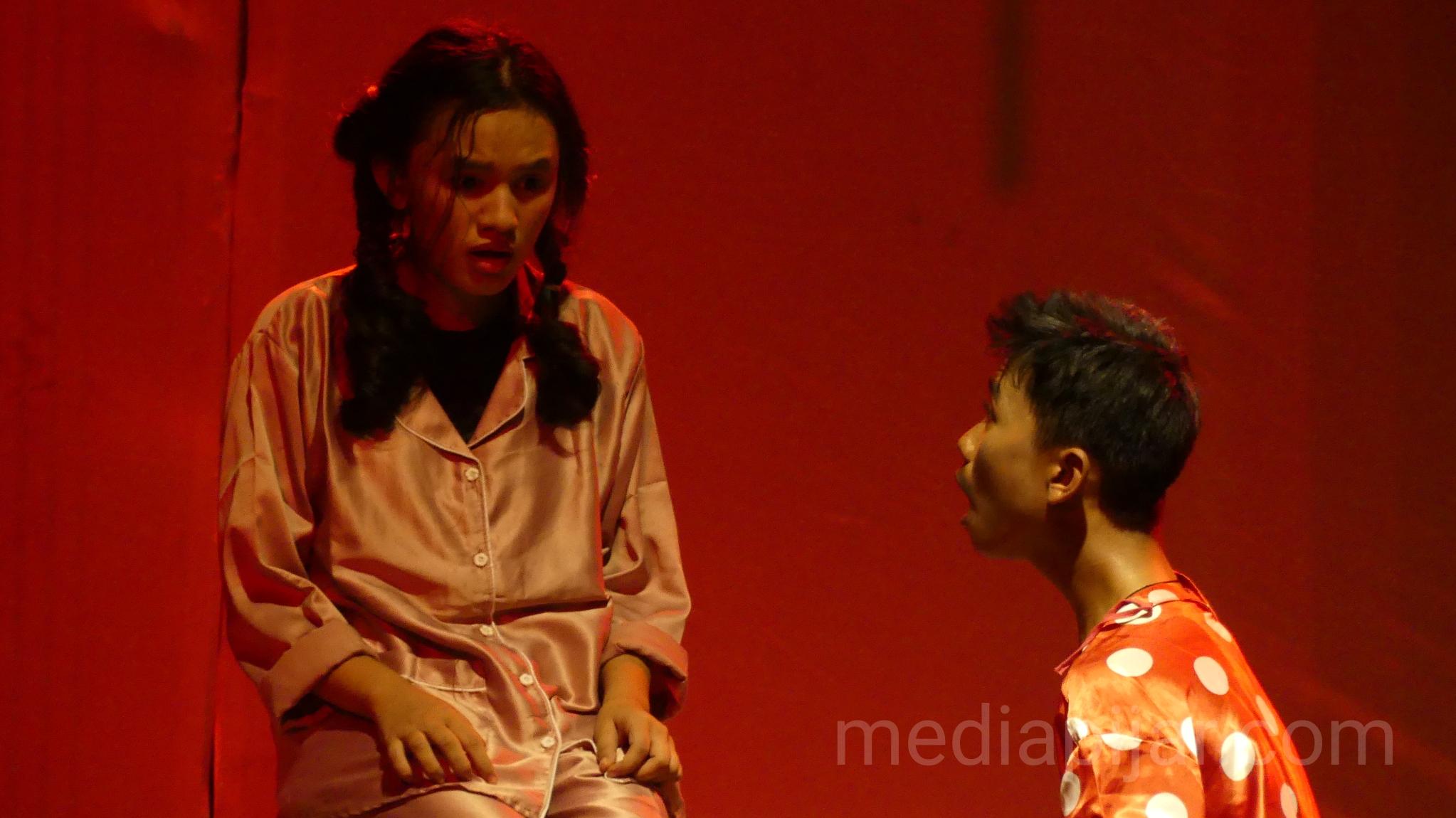 Salah satu adegan yang menjelaskan tentang makna judul dari pementasan teater ini. (Fotografer: Nadya Divariz)