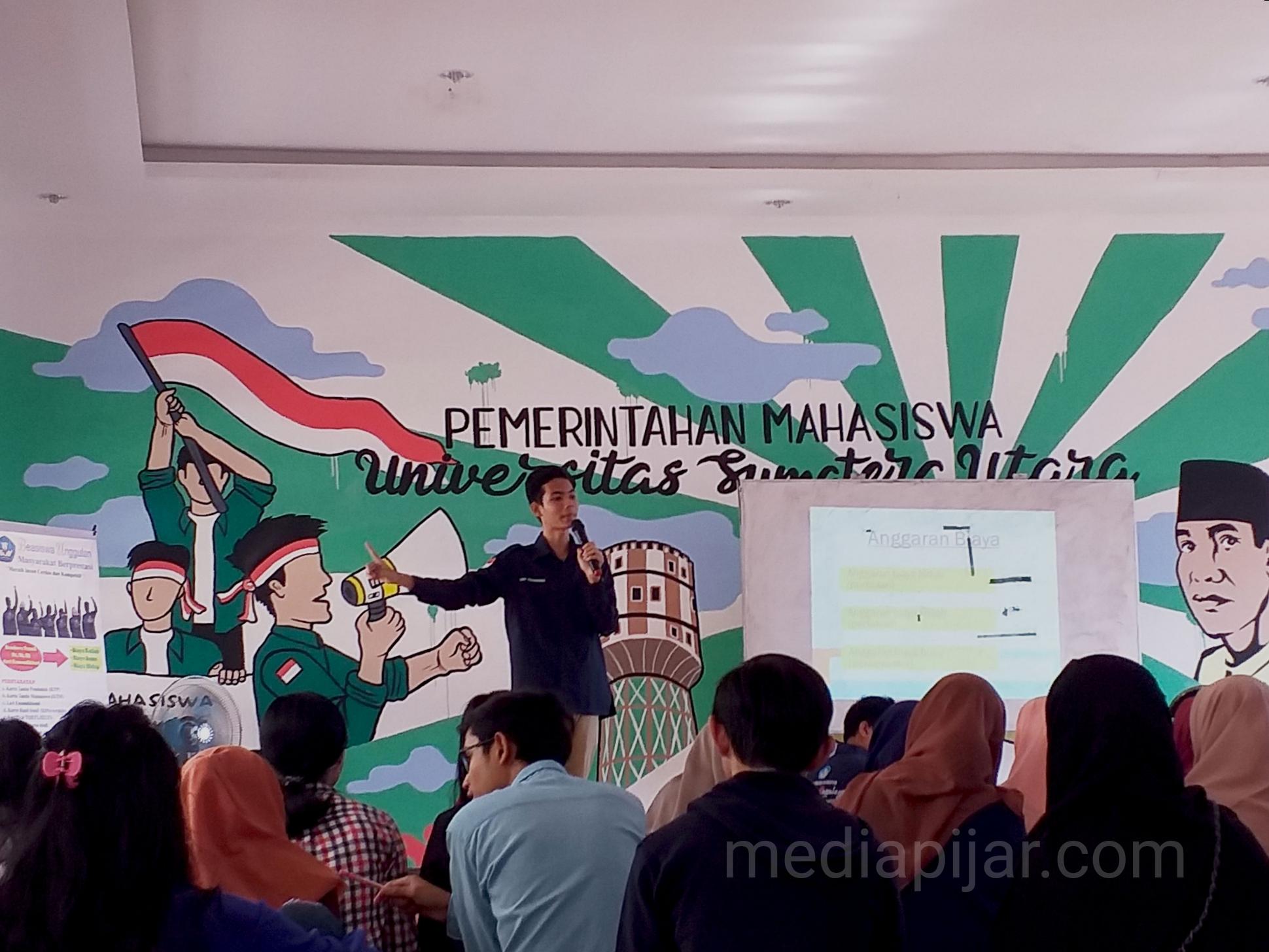 Penyampaian materi mengenai Beasiswa Unggulan oleh Viqry Pramananda. (24/3) (Fotografer: Annisa Van Rizki)
