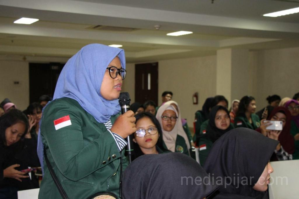 Sesi tanya jawab peserta saat pelatihan jurnalistik di Kantor Harian Analisa, Kamis (14/03).