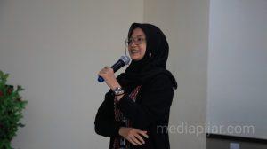 Penyampaian materi oleh Marina Nasution dalam acara Pelatihan Jurnalistik Tingkat Dasar di Aula FISIP USU. (13/3)  (Fotografer: Dwi Harizki)
