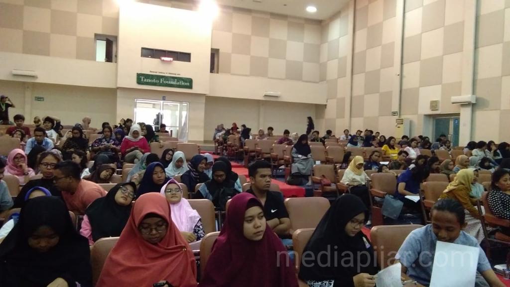 Para peserta memadati gedung gelanggang mahasiswa saat menghadiri dan memperhatikan native speaker menyampaikan materinya. (20/4) (Fotografer: Annisa Rahmi)
