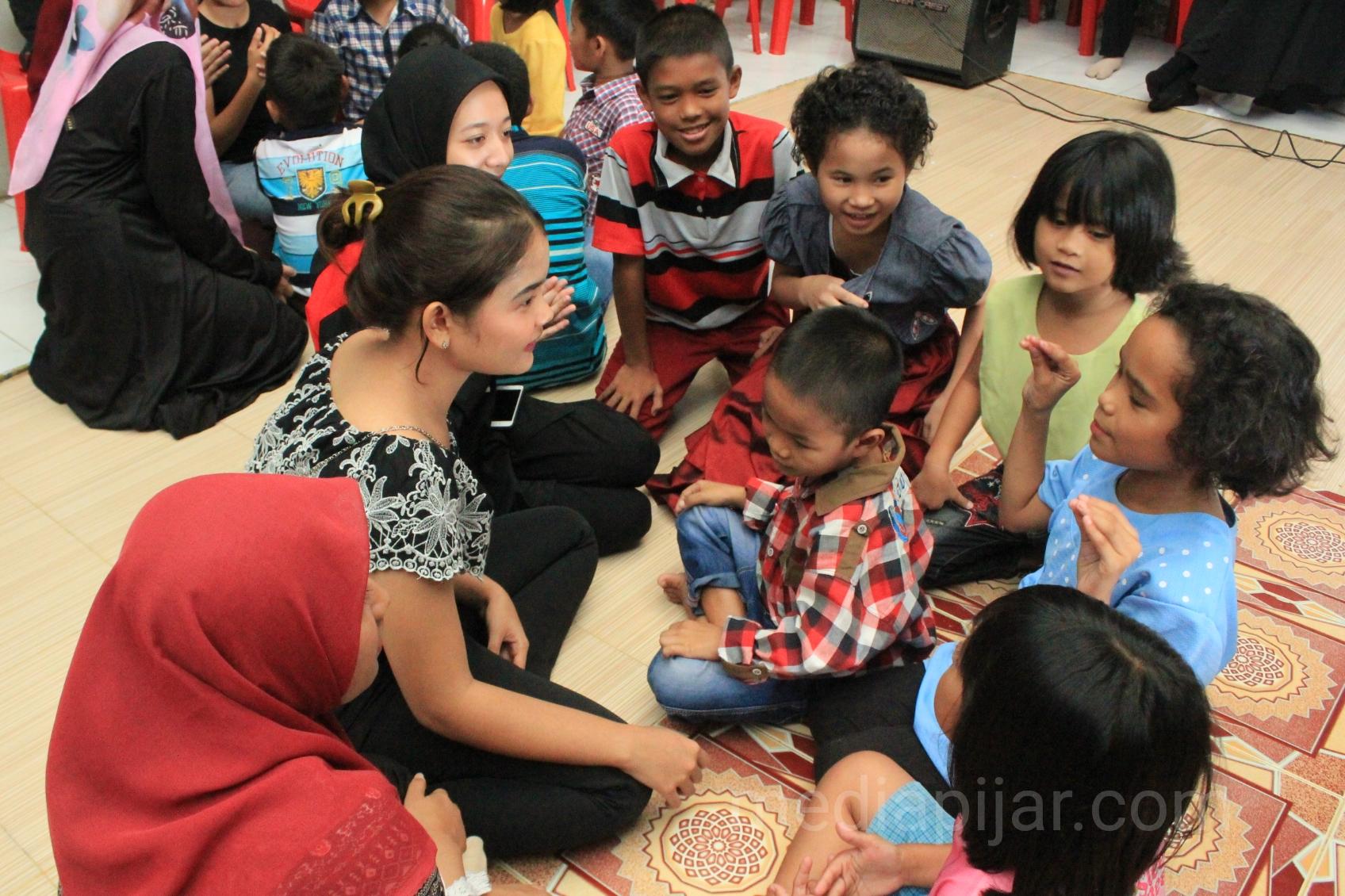 Keakraban yang terjalin antara panitia dan anak-anak panti ketika membuat yel-yel kelompok di Panti Asuhan Sungai Air Hidup, Medan. (31/3) (Fotografer: Intan Khusnul)