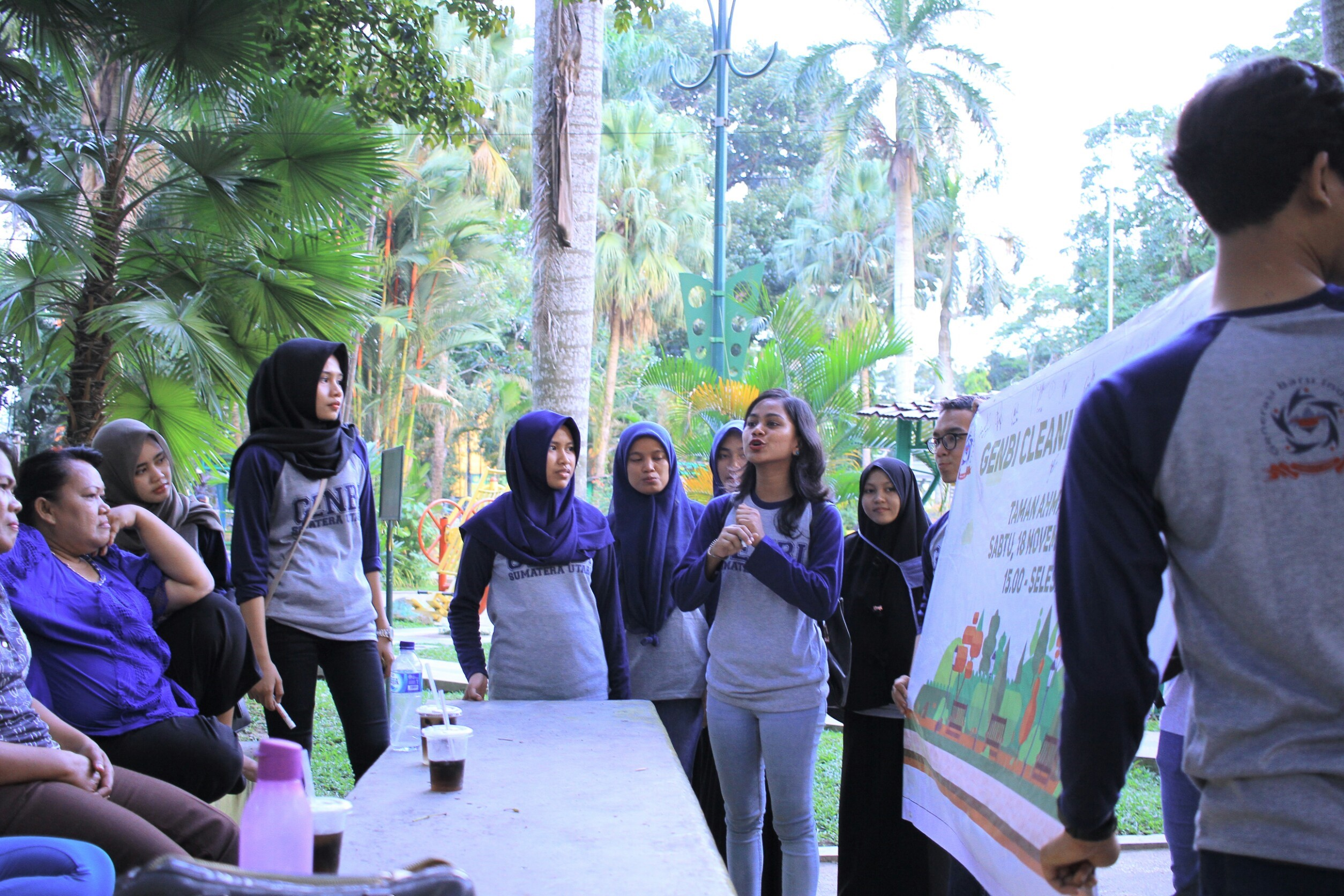 Cleaning Project : Shitaaram yang sedang melakukan aksi sosial menggalakkan pentingnya kebersihan pada acara Cleaning Project GenBI USU. (Sumber: Narasumber)
