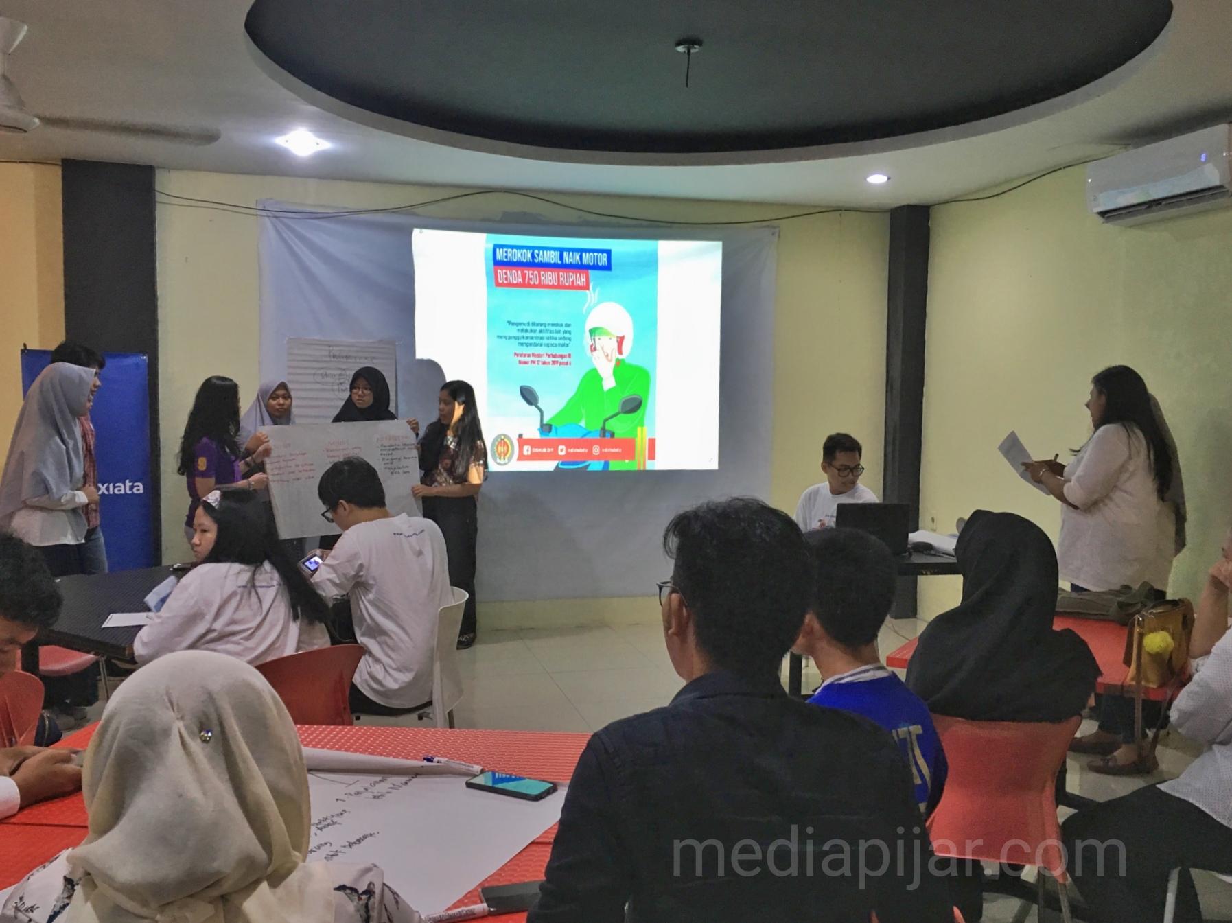 Para peserta mencoba presentasi untuk meningkatkan kemampuan komunikasi mereka pada acara Ngabuburit Ala XLFL di GH Corner. (25/5) (Fotografer: Novi handayani)