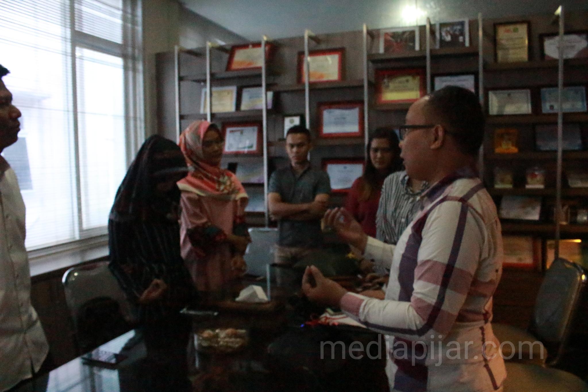 Salah satu peserta sedang mempraktekkan teknik bergestur di depan peserta lain (25/5). (Fotografer: Achmad Syah Galang)