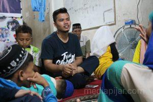Rahmat Faisal, salah satu tim dari Medan Youth Forum berbagi cerita bersama adik-adik Panti Asuhan Al Kahfi. (Fotografer: Hidayat Sikumbang)
