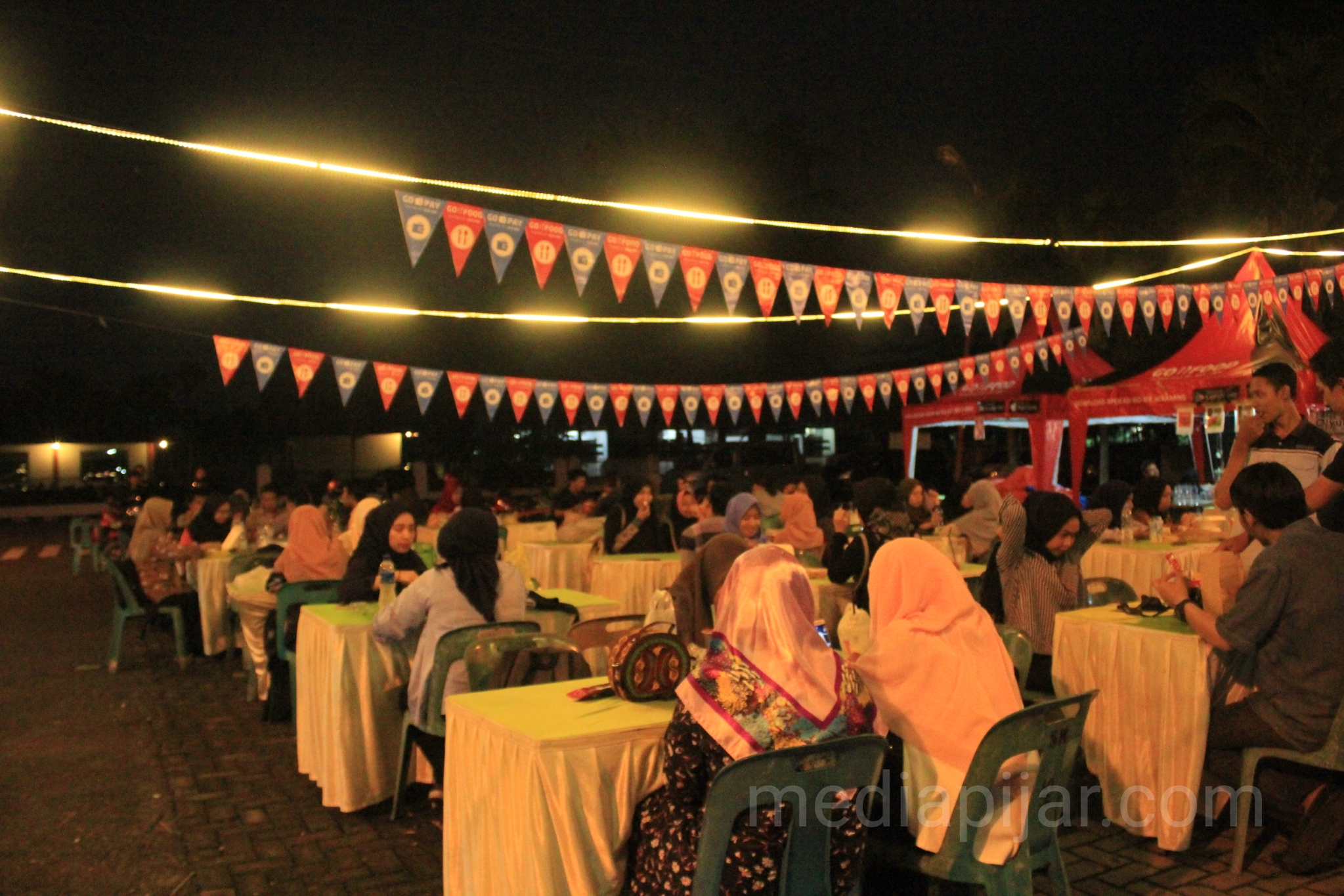 Suasana bazaar acara Ramadhan Fest pada malam hari di Gedung Pancasila Pendopo USU. (16/5)  (Fotografer: Indah Ramadhanti)