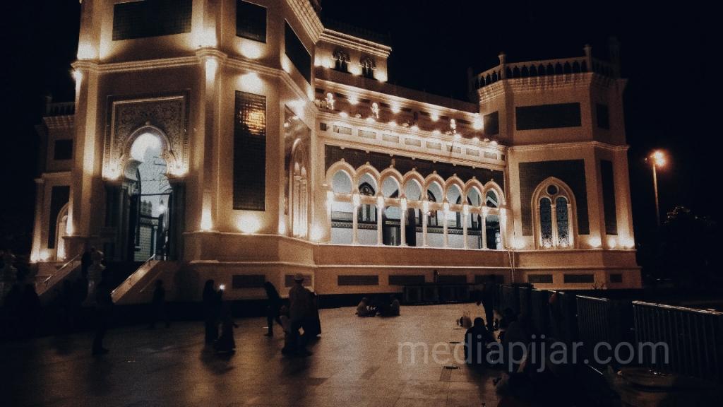 Cahaya yang indah di Mesjid Raya Medan pada malam hari.  (Fotografer: Intan Sari)