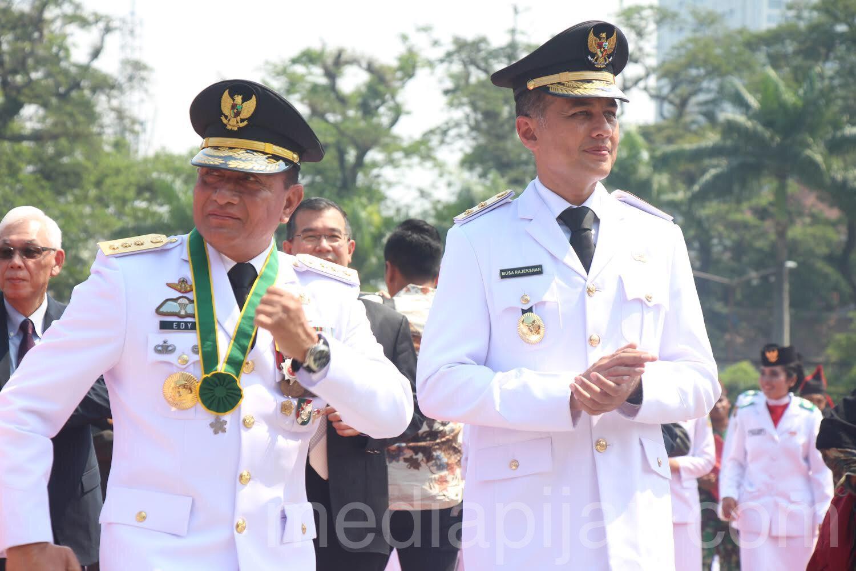 Gubernur (kiri) dan Wakil Gubernur (kanan) bergoyang setelah prosesi upacara kemerdekaan (17/8) fotografer: Hidayat Sikumbang