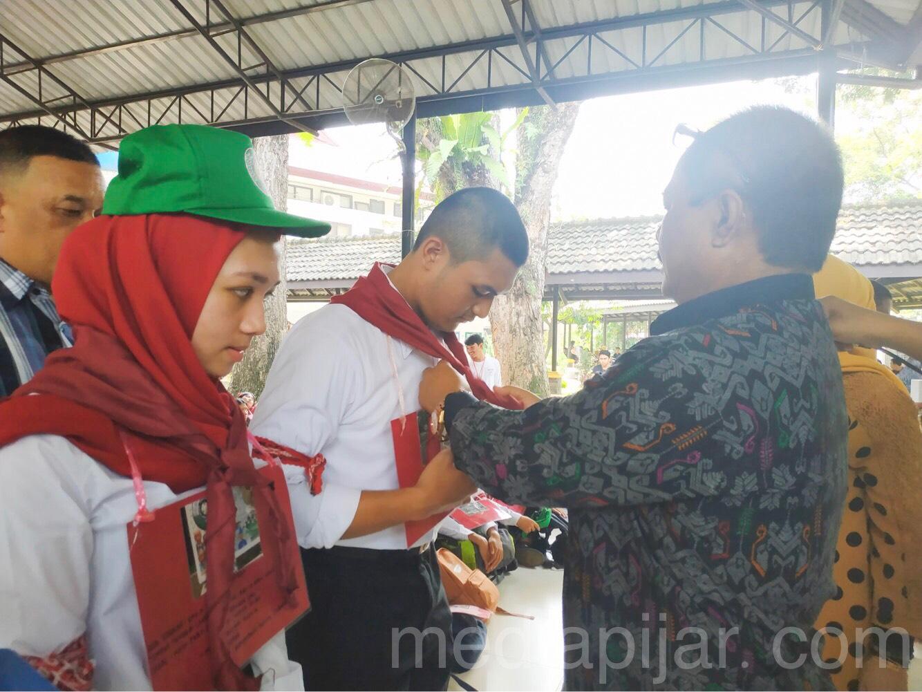 Penyerahan simbolis terhadap mahasiswa baru sebagai tanda diterimanya di Fakultas Hukum USU (20/8) (Fotografer: Azka Fikri)