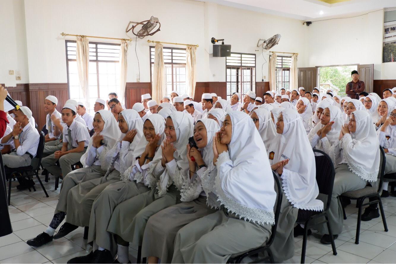Antusias siswa/i SMA AN-Nizam Medan pada kegiatan Sosialisasi CIKUR dan Kebanksentralan pada Selasa (20/08). (Sumber foto: dokumentasi panitia)