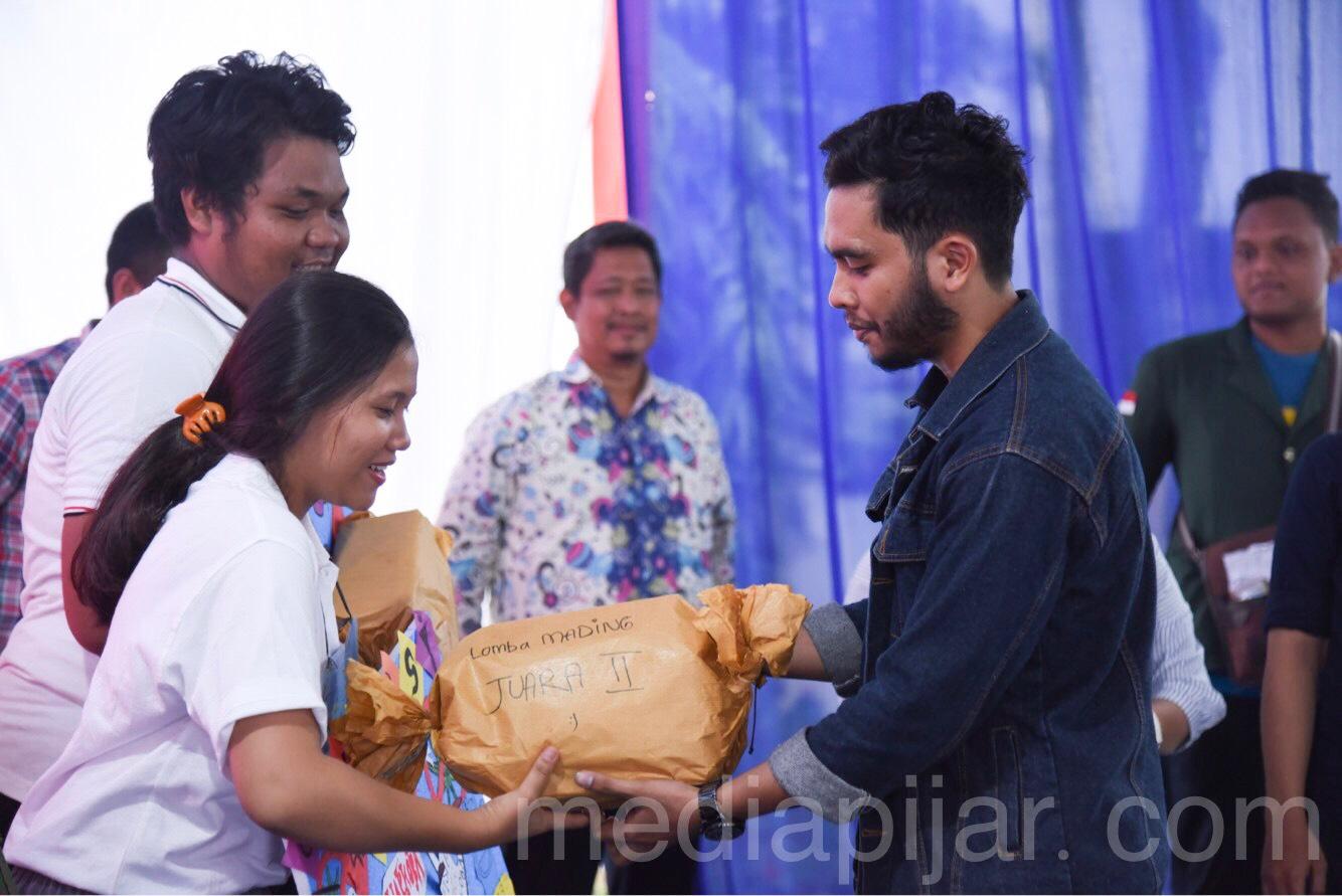 Pemberian hadiah kepada salah satu perwakilan Mahasiswa Baru yang berhasil meraih juara 3 lomba majalah dinding (mading) pada kegiatan PKKMB FISIP USU. (21/8) (Fotografer: Talitha Nabilah)